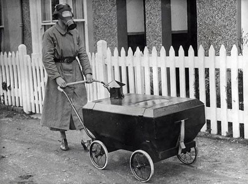 Gaza dayanıklı bebek arabasında bebeğini gezdiren anne. İngiltere, 1938