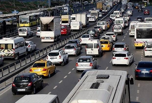 Trafik sigortasındaki fahiş fiyatlar sonrası yasal düzenlemeyle artışın önüne geçildi. Son 3 ayda primler yüzde 12'ye yakın düşüş gösterdi. İşte trafik sigortasında ortalama primler...  OTOMOBİL:   Trafik sigortası ortalama primleri  Ocak: 467 TL  Mayıs: 571 TL  Ağustos: 513 TL