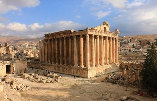 Lübnan'ın doğusundaki Beka Vadisi'nde yer alan tarihi Baalbek tapınak şehri, son yıllarda bölgede yaşanan çatışmaların sona ermesinin ardından yeniden turistlerin ziyaret edeceği günleri bekliyor.