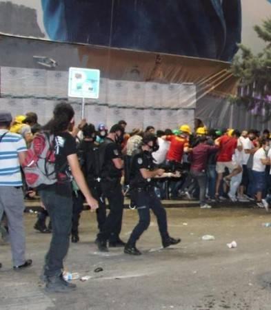 Taksim'de bu akşam Lice'deki olayları protesto gösterisi vardı. Polis Taksime yine müdahale etti, aralarında yabancı turistlerin de bulunduğu onlarca kişiyi gözaltına aldı.  Gözaltı anlarını Reuters ve yabancı haber ajansları dünyaya servis etti. İşte o fotoğraflar...