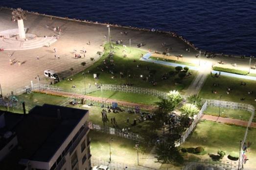 """HDP'nin İzmir'de dün sona eren Vicdan ve Adalet Nöbeti'nin yapıldığı ve """"Özgürlüklerin Meydanı"""" olarak anılan Gündoğdu Meydanı ve Kordon Boyu, 6 gün boyunca polis ablukasına alındı."""