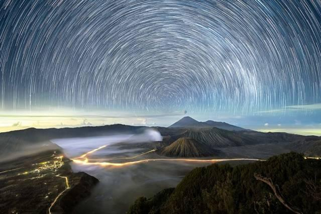Endonezya'nın Doğu Java bölgesindeki Bromo volkanının üstünde yıldızlar girdaba girmiş gibi görünüyor.  Bu hızlandırılmış fotoğraf, Malezyalı fotoğrafçı Grey Chow tarafından çekildi. Chow Güney Asya'nın farklı bölgelerinde geceleri gökyüzünü görüntüledi.