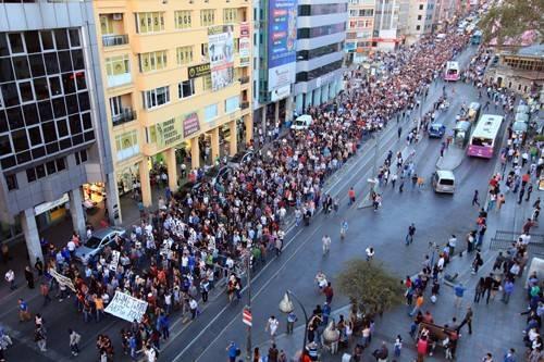 Hatay'da ODTÜ direnişine destek vermek için düzenlenen eylemde hayatını kaybeden Ahmet Atakan'ı anmak için Boğa'nın önünde toplanıp yürüyüşe geçtiler.
