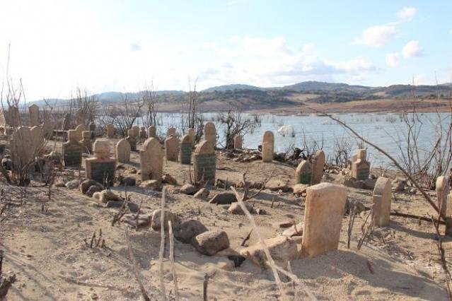 Çanakkale'nin Biga ilçesine bağlı Eşelek köyü, 1990 yılında Bakacak barajının yapılmasıyla sular altında kalmıştı.