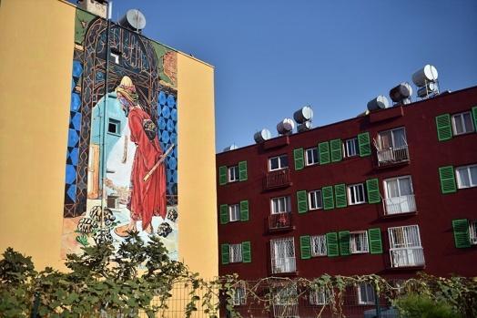 Ressam Nazife Bilgin Hazar, boyaları dökülen eski apartmanların duvarlarını Vincent Van Gogh, Osman Hamdi Bey, Pablo Picasso, Neşet Günal ve Salvador Dali gibi ünlü ressamların eserleriyle süsleyerek bambaşka bir görünüm kazandırıyor.