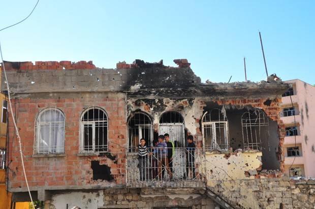 Diyarbakır'ın Silvan ilçesindeki sokağa çıkma yasağı ve operasyonlardan arta kalanları Ateş Alpar fotoğrafladı.