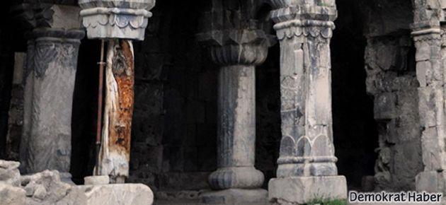11 asırlık kilise kriko ile ayakta duruyor