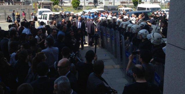 1 Mayıs gözaltıları için adliyeye gelen avukatlara polis saldırısı ve barikat!