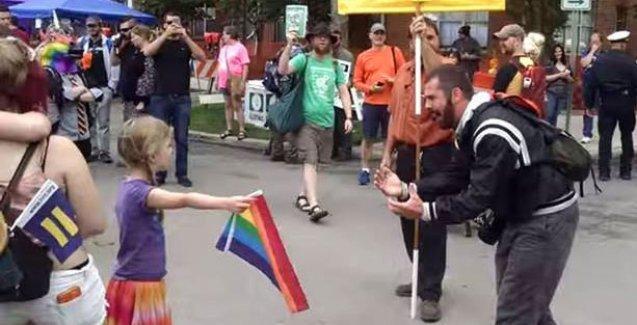 7 yaşındaki kız çocuğu homofobiye karşı bayrak açtı