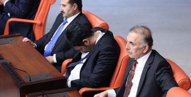 AKP'li Uğur Işılak, Meclis'teki uykusunu 'vatanseverliğe' bağlayarak savundu