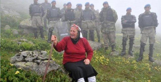 Havva Ana dozerin ve askerlerin önünde durdu: 'Vali, Kaymakam kim? Ben, ben, halkım ben!'