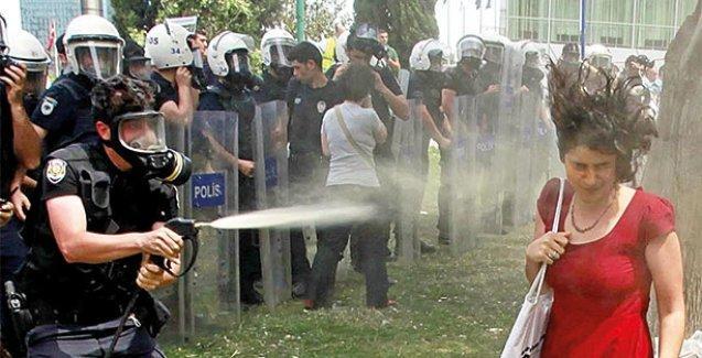 Kırmızılı kadına gaz sıkan polisten 'ben yapmadım' savunması!
