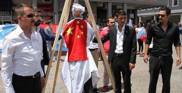 Ülkücüler tekbir getirerek Mao'yu astılar