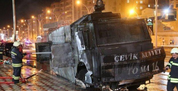 Diyarbakır'da AKP il binası önünde nöbet tutan polislere bombalı saldırı