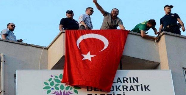 HDP binasının çatısına çıkan ırkçı gruplarla aynı karedeki polislere soruşturma açıldı mı?