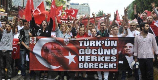Kocaeli'de, ırkçı pankart altındaki yürüyüş sonrası HDP binasına saldırı
