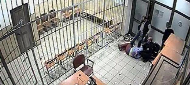 Dayakçı polislere para cezası, dayak yiyene hapis!