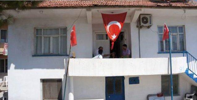Hayatını kaybeden askerin evine asılan bayrak geri alındı
