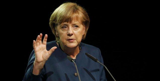 Sanatçılardan Merkel'e: Davutoğlu'na hak ihlallerini hatırlat