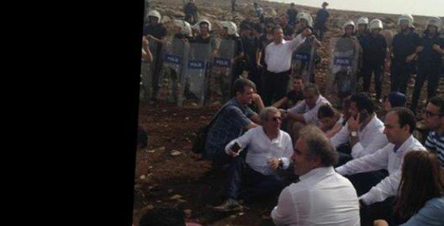 Polis, Demirtaş ve HDP'li iki bakanı çembere aldı