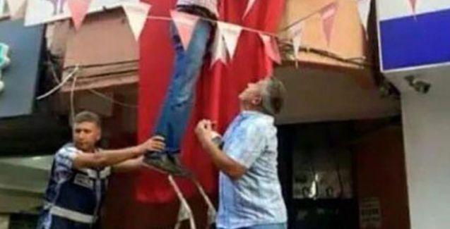 Polis, HDP binasına Türk bayrağı asılması için yardımcı oldu