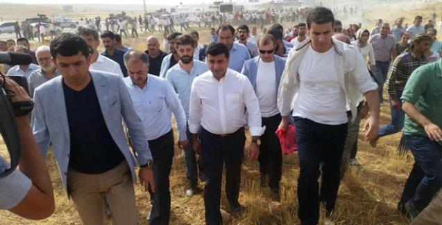 Polis tarafından durdurulan HDP heyeti Cizre'ye yürüyerek gidiyor