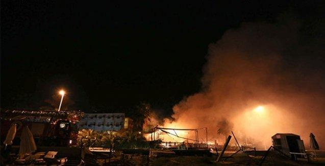 Türk bayrağı asılı olmayan iş yerlerine saldırdılar