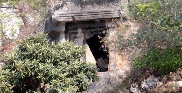 İki bin 400 yıllık kaya mezarlar depo oldu!