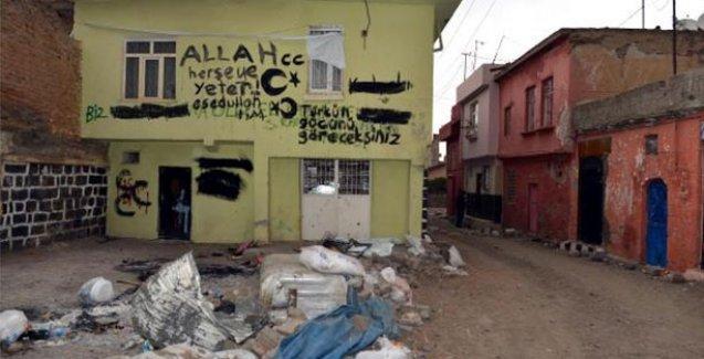 Sokağa çıkma yasağı kaldırılan Sur'da 'Türkün gücünü göreceksiniz' yazısı