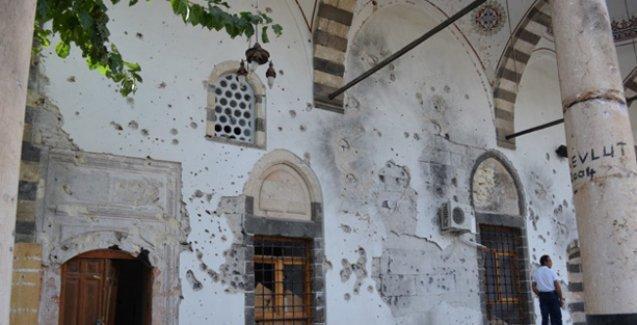 Diyarbakır'da camiye ayakkabılarıyla girip, sigara içip, ırkçı sloganlar yazan özel timciler