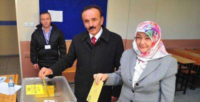 Eşiyle oy kullandığı sandıktan bir oy çıktı