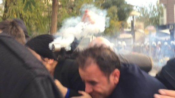 Gaz fişeğinin Figen Yüksekdağ'ın kafasına geldiği an kamerada