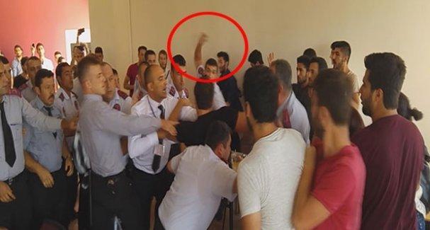 Güvenlik görevlisinden Ankara Katliamı'nı protesto eden öğrenciye bardaklı saldırı!