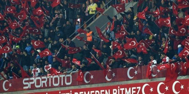 İstanbul'daki milli maçta, Paris Katliamı için yapılan saygı duruşu ıslıklandı!