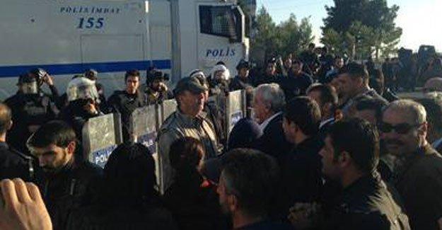 Polis Ahmet Türk'ü gözaltına almaya çalıştı