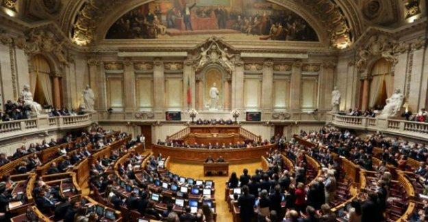 Portekiz'de solcular birleşip hükümeti düşürdü!