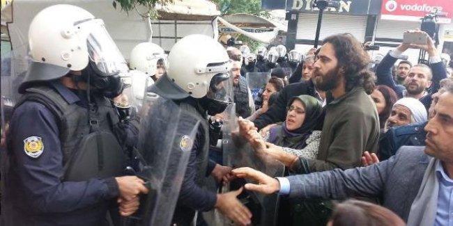 Silvan'da başörtülü HDP'li vekil darp edildi, itildi, gaz yedi