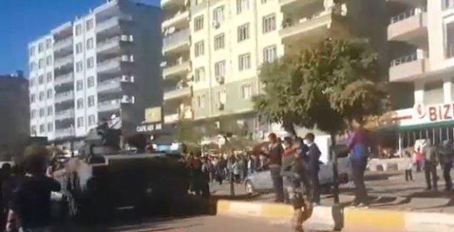 Silvan'da tanklar şehir merkezine 'HDP halktır, halk burada' sloganları altında indi