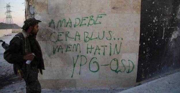 Bir savaşçı Teşrin Barajı'ndaki duvara yazdı: 'Hazır ol Cerablus biz geliyoruz; YPG-QSD'