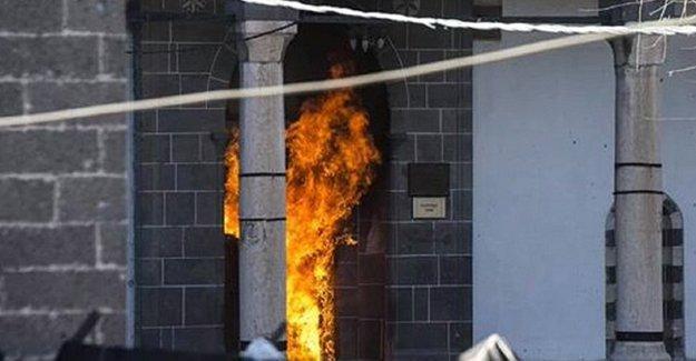 Çatışmaların sürdüğü Sur'da tarihi Kurşunlu Camisi yandı