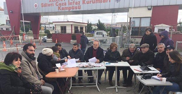 Cumhuriyet, yazı işleri toplantısını Silivri Cezaevi önünde yaptı