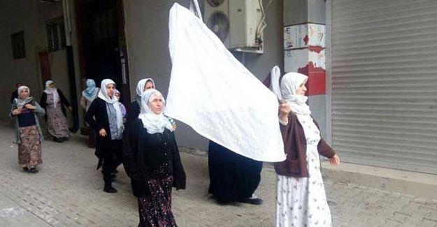 Cizre'de  beyaz bayraklarla yürüyüyen kadınlar gözaltına alındı