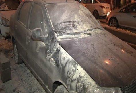 Okmeydanı'nda yakılan aracın içerisindeki kadın ve çocuk vatandaşlarca kurtarıldı