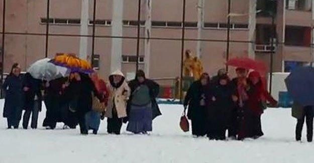 Rize'de karları temizlemek için işçiler kullanıldı