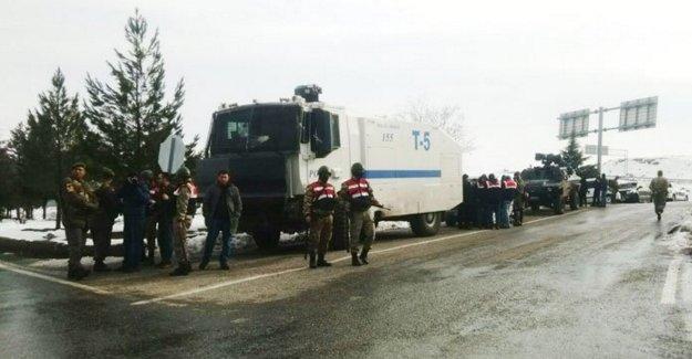 Şırnak'a yürümek isteyenlere polis ve asker barikatı