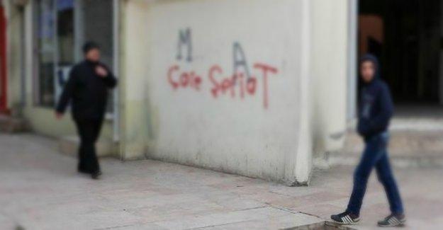 Urfa'da duvarlara 'şeriat' içerikli yazılamalar yapıldı