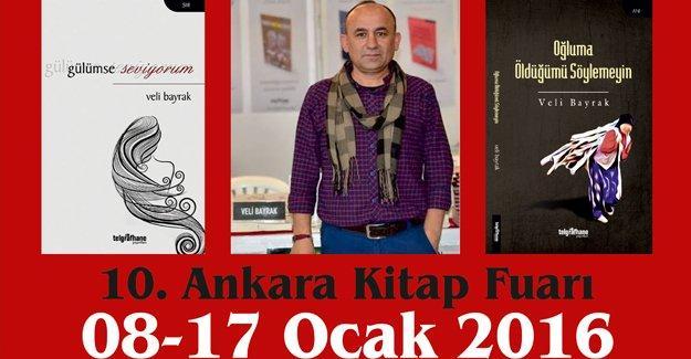 Veli Bayrak Ankara Kitap Fuarı'nda kitaplarını imzalıyor