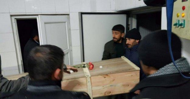Yakınlarını valiliğin gömmesini istemeyen aileler cenazeleri teslim aldı