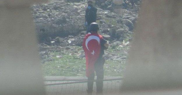 HDP vekili Encü: Sırtında bayrak, göğsünde padişah fotoğrafı olan polisler var