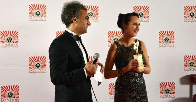 """Kürt yönetmen, """"Avrupa Kürtler konusunda ikiyüzlü"""" diyerek verilen ödülü reddetti"""
